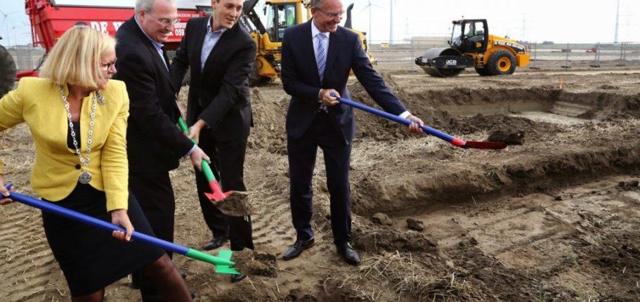 """Il """"groundbreaking"""" Nel Sito Dove Sorgerà Il Nuovo Data Center Di Google. A Destra, Il Ministro Dell'Economia Olandese Henk Kamp"""